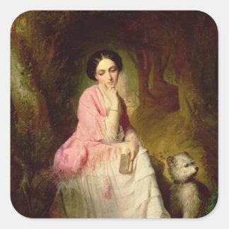 Mujer asentada en un claro del bosque pegatina cuadrada