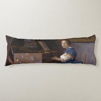 Mujer asentada en un Virginal por Vermeer Almohada Larga