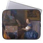 Mujer asentada en un Virginal por Vermeer Funda Portátil