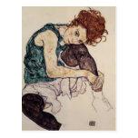Mujer asentada Schiele- de Egon con la rodilla dob Postales