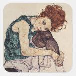 Mujer asentada Schiele- de Egon con la rodilla Calcomanía Cuadrada