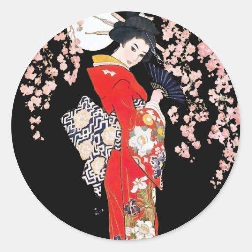 Mujer asiática con noche de la flor de cerezo etiqueta
