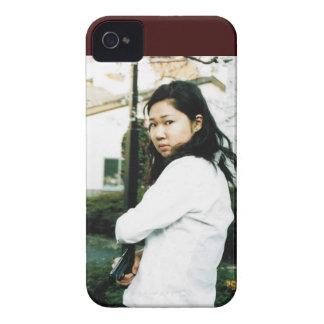 Mujer asiática hermosa de la acción iPhone 4 Case-Mate protectores