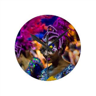 Mujer atractiva vestida del bailarín en el reloj redondo mediano