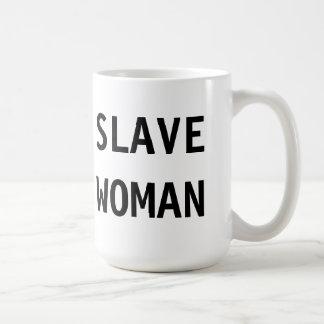 Mujer auxiliar de la taza