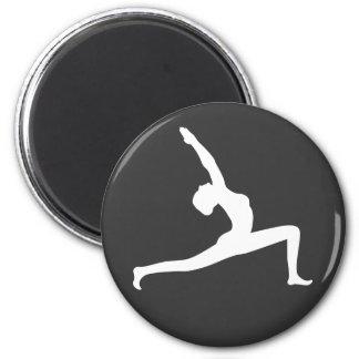 Mujer blanca de la silueta de la yoga que presenta imán redondo 5 cm