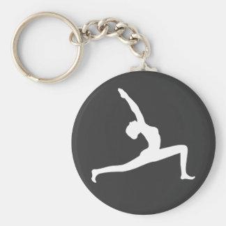 Mujer blanca de la silueta de la yoga que presenta llavero redondo tipo pin