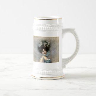 Mujer bonita del vintage en un gorra jarra de cerveza