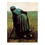 Mujer campesina que cava por Vincent van Gogh Tarjetas Postales