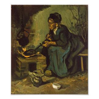 Mujer campesina que cocina por una chimenea fotografia