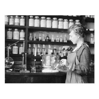 Mujer Chemist, 1919 Tarjeta Postal