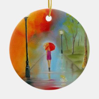 Mujer colorida con un paraguas rojo adorno navideño redondo de cerámica