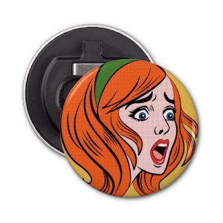 Mujer cómica retra del estilo en un pánico abrebotellas redondo