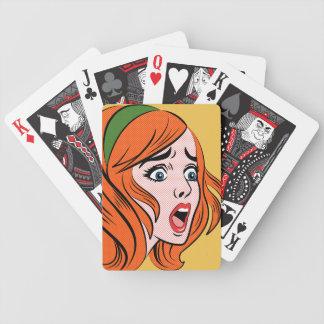 Mujer cómica retra del estilo en un pánico baraja de cartas