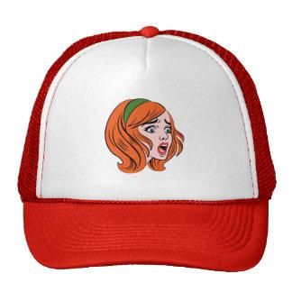 Mujer cómica retra del estilo en un pánico gorras