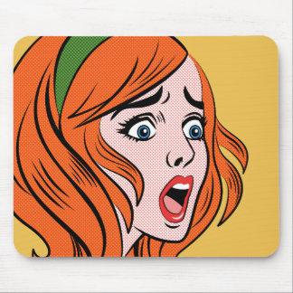 Mujer cómica retra del estilo en un pánico mousepads