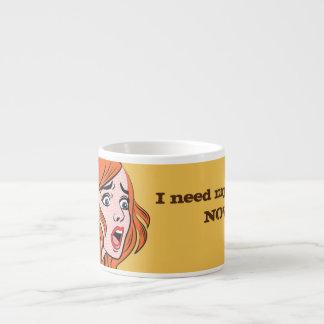 Mujer cómica retra del estilo en un pánico taza de espresso