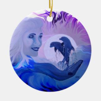 Mujer con delfines en la luz de luna adorno navideño redondo de cerámica