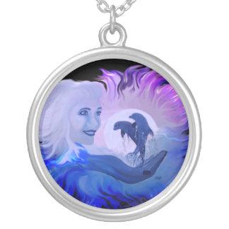 Mujer con delfines en la luz de luna collar plateado