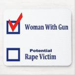 Mujer con el arma tapetes de ratón
