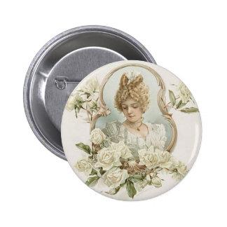 Mujer con el botón de los rosas blancos pin