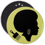 MUJER CON el botón redondo del AFRO Pins