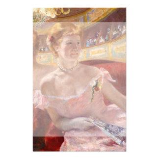 """Mujer con el collar de la perla en un Loge - Mary Folleto 5.5"""" X 8.5"""""""
