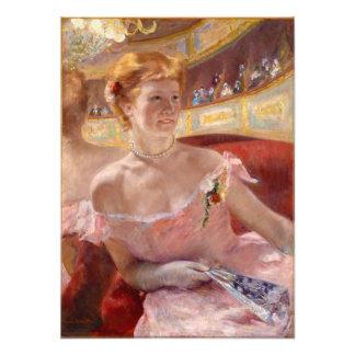 Mujer con el collar de la perla en un Loge - Mary Impresiones Fotograficas