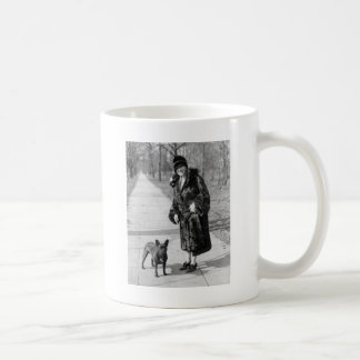Mujer con el dogo francés los años 20 tazas