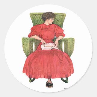 Mujer con el libro, silla verde pegatina redonda