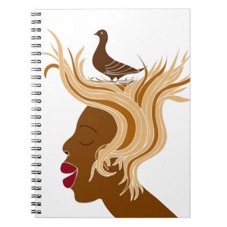 Mujer con el pájaro libro de apuntes con espiral