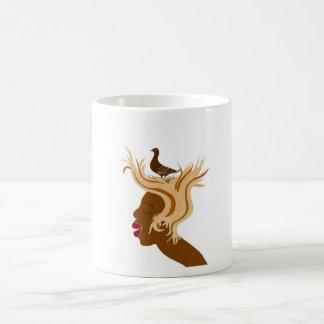 Mujer con el pájaro taza de café