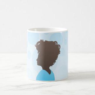 Mujer con el peinado moderno taza