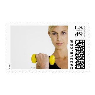 Mujer con el peso de la mano timbres postales