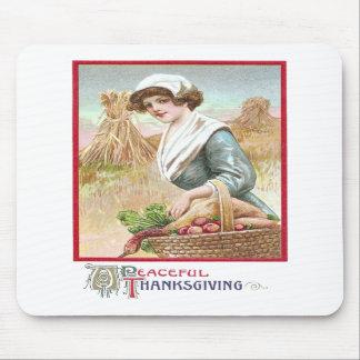 Mujer con la cesta de comidas de la acción de grac tapete de raton