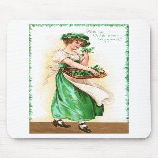 Mujer con la cesta de día del St Pat del vintage d Alfombrilla De Ratones