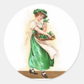 Mujer con la cesta de día del St Pat del vintage Etiquetas Redondas