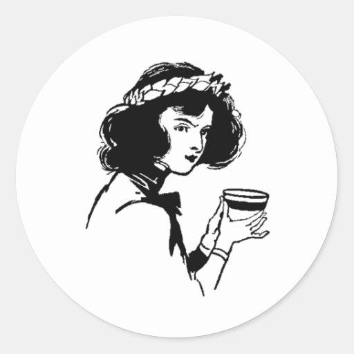 Mujer con la imagen del vintage de la taza que pegatina redonda