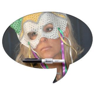 Mujer con la máscara pizarra