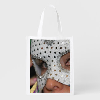 Mujer con la máscara bolsas para la compra