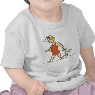 Mujer con la rana camiseta