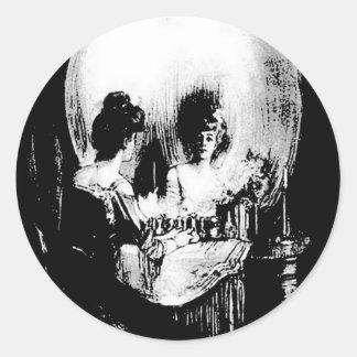 Mujer con la reflexión del cráneo de Halloween en Pegatina Redonda