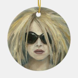 Mujer con las gafas de sol y la pintura al óleo ornato