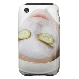 Mujer con las rebanadas de la mascarilla y del carcasa though para iPhone 3