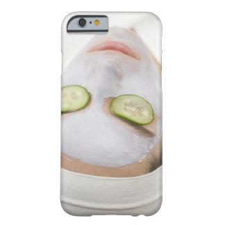 Mujer con las rebanadas de la mascarilla y del funda barely there iPhone 6