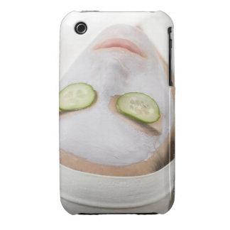 Mujer con las rebanadas de la mascarilla y del funda para iPhone 3