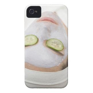 Mujer con las rebanadas de la mascarilla y del funda para iPhone 4 de Case-Mate
