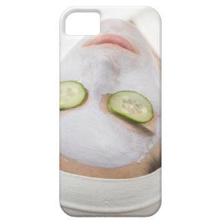 Mujer con las rebanadas de la mascarilla y del funda para iPhone SE/5/5s