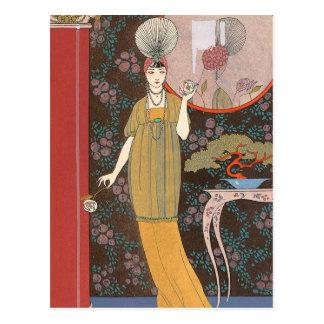 Mujer con los rosas color nata postal