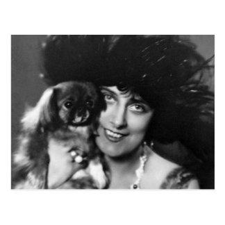 Mujer con Pekingese, los años 20 Postal